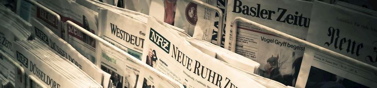 Massa tyska dagstidningar i vita ställ