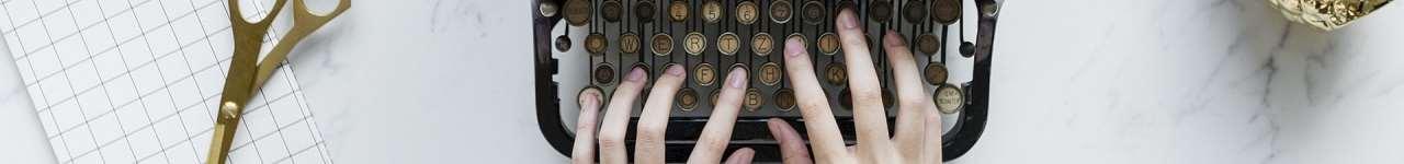 En person som skriver på en gammal skrivare