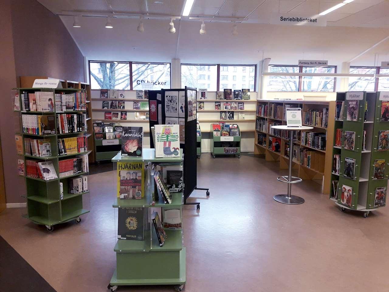 Här ser vi en tagen bild av personal på hur Seriebiblioteket ser ut.